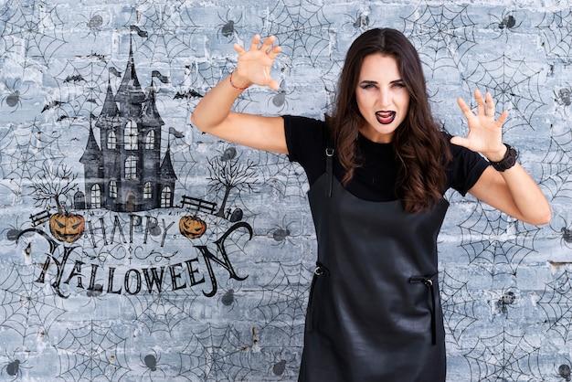 Mulher mostrando um gesto assustador para o halloween Psd grátis