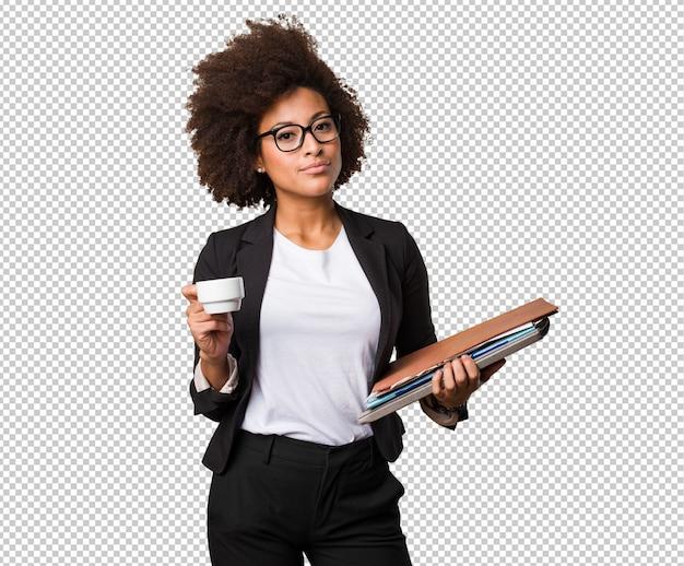 Mulher negra de negócios segurando uma xícara de café e arquivos Psd Premium