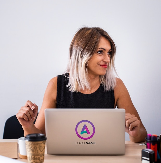 Mulher no escritório trabalhando no laptop Psd grátis