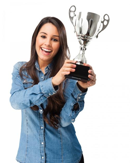 Mulher orgulhosa com seu prêmio Psd grátis