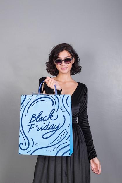 Mulher, segurando, saco shopping, mockup, com, pretas, sexta feira, conceito Psd grátis