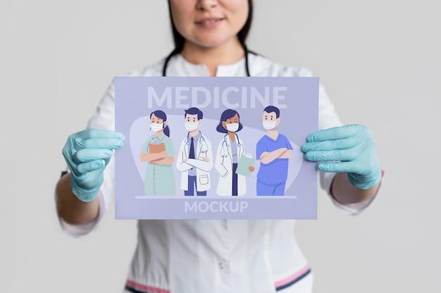 Mulher segurando um banner de remédio Psd Premium