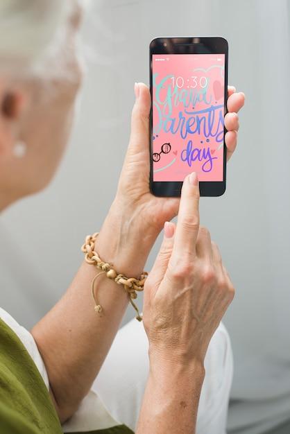 Mulher sênior, usando, smartphone Psd grátis