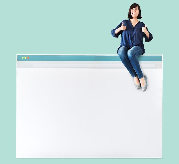 Mulher sentada em cima de um navegador de internet Psd grátis