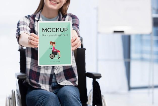 Mulher sorridente em cadeira de rodas trabalhando com espaço de cópia Psd grátis