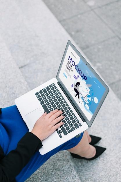 Mulher trabalhando em uma maquete de laptop Psd Premium