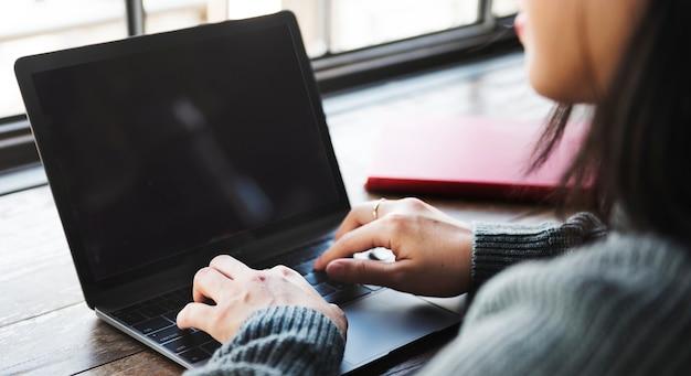 Mulher, usando computador portátil, escrivaninha Psd grátis