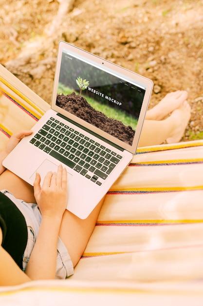 Mulher, usando, laptop, maquete, em, natureza Psd grátis