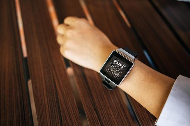 Mulher usando maquete psd de relógio inteligente Psd grátis