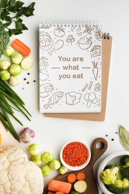 Notebook com legumes saudáveis Psd grátis