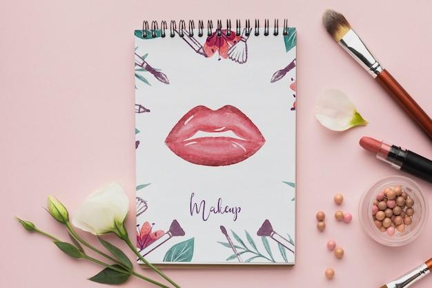 Notebook com maquete de tema de maquiagem Psd grátis
