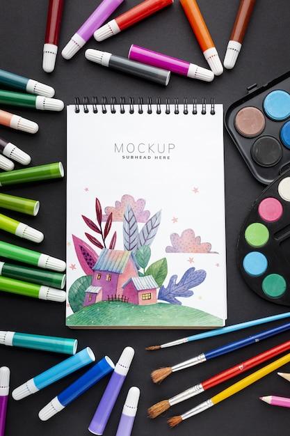 Notebook com moldura de marcadores e pincéis Psd grátis