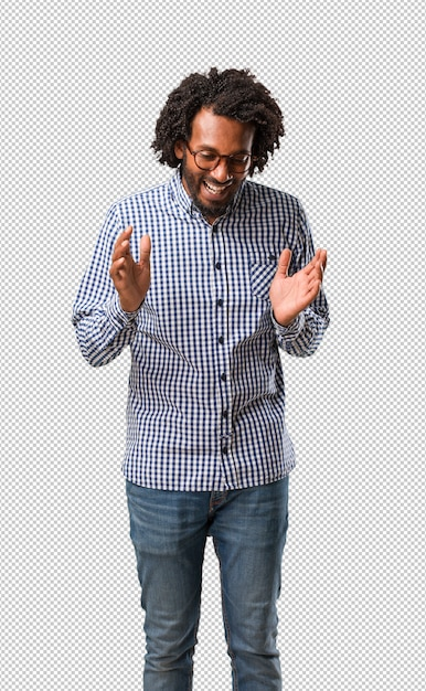 O homem afro-americano considerável do negócio que ri e que tem o divertimento, sendo relaxado e alegre, sente seguro e bem sucedido Psd Premium