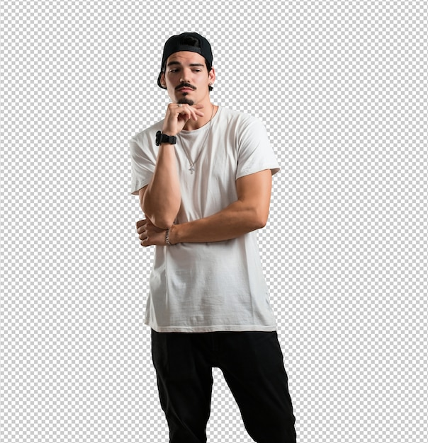 O jovem rapper pensando e olhando para cima, confuso com uma ideia, estaria tentando encontrar uma solução Psd Premium