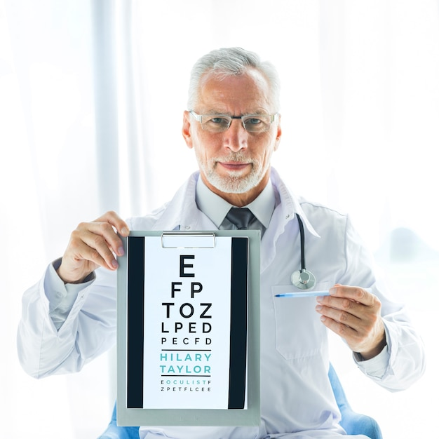 Oculista com teste de visão na área de transferência Psd grátis