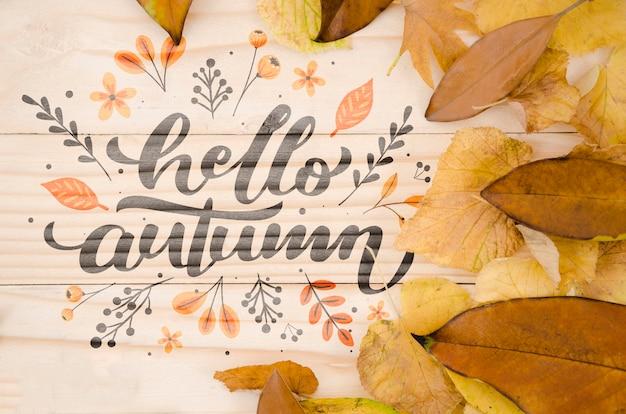 Olá letras de outono em fundo de madeira Psd grátis