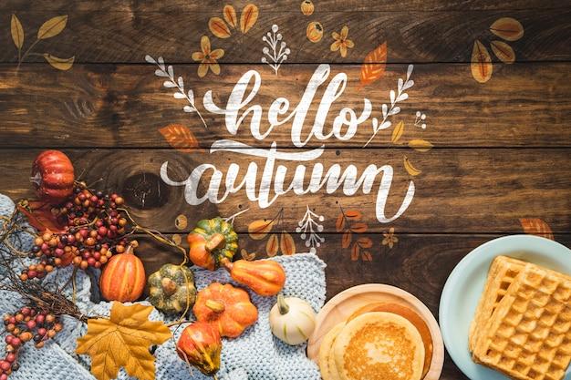 Olá outono citação com panquecas e fundo de madeira Psd grátis