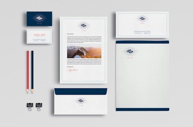 Os artigos de papelaria de negócios se maqueteiam Psd grátis