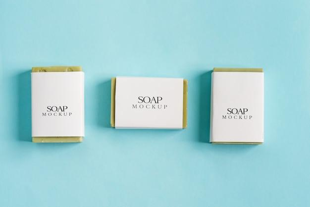 Pacote de maquete de caixa de embrulho de sabão três com sabão em barra verde-oliva Psd Premium