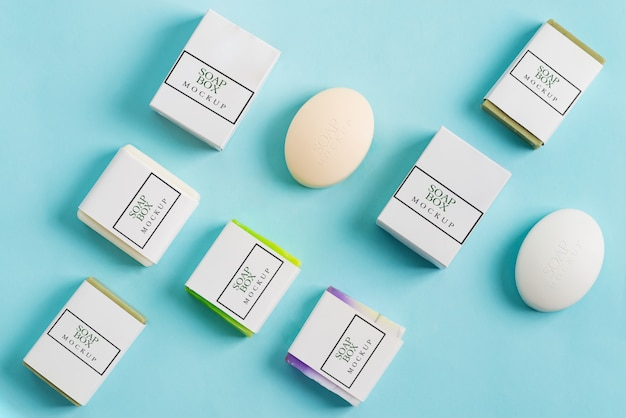 Padrão de spa de sabonetes artesanais naturais e caixas de artesanato de papel de maquete para o pacote sobre um fundo azul claro. Psd Premium