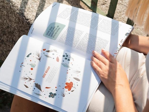 Páginas de close-up de uma revista de natureza selvagem Psd grátis
