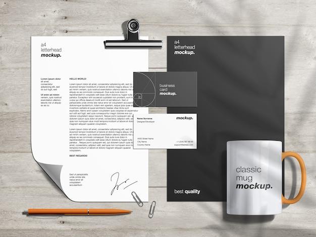 Papelaria marca modelo de maquete de identidade e criador de cena com papel timbrado, cartões de visita e caneca clássica Psd Premium