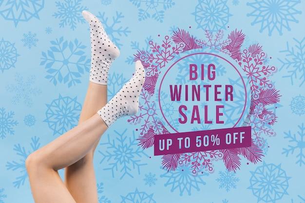 Pernas de mulher com maquete de venda de inverno Psd Premium