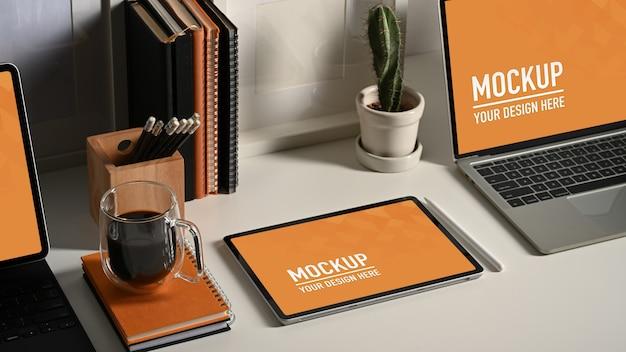 Perto do laptop e da maquete do tablete com a xícara de café Psd Premium