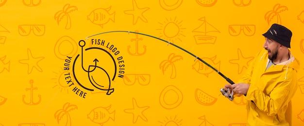 Pescador usando a estrada para pegar o logotipo Psd grátis
