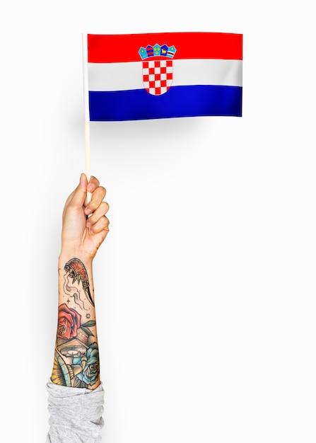 Pessoa acenando a bandeira da república da croácia Psd Premium