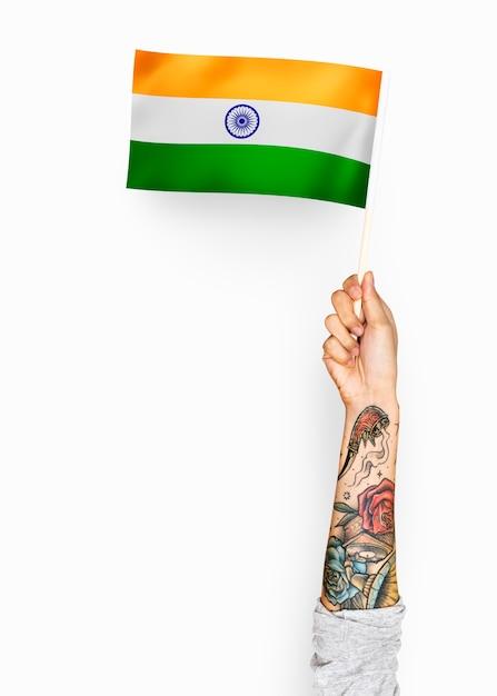 Pessoa acenando a bandeira da república da índia Psd Premium