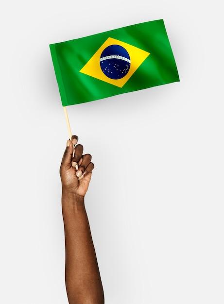 Pessoa acenando a bandeira da república federativa do brasil Psd Premium
