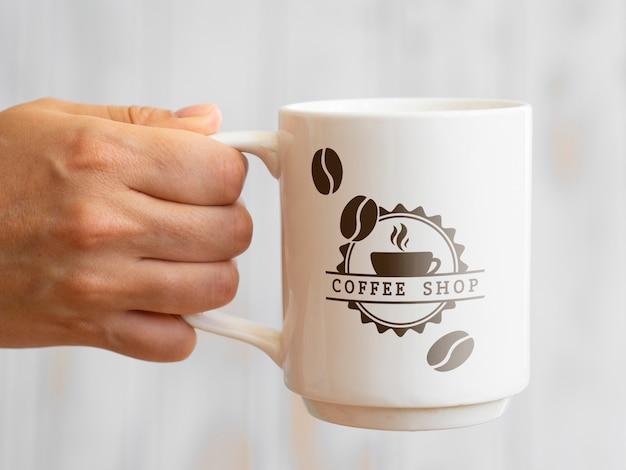 Pessoa, segurando uma caneca de café Psd Premium