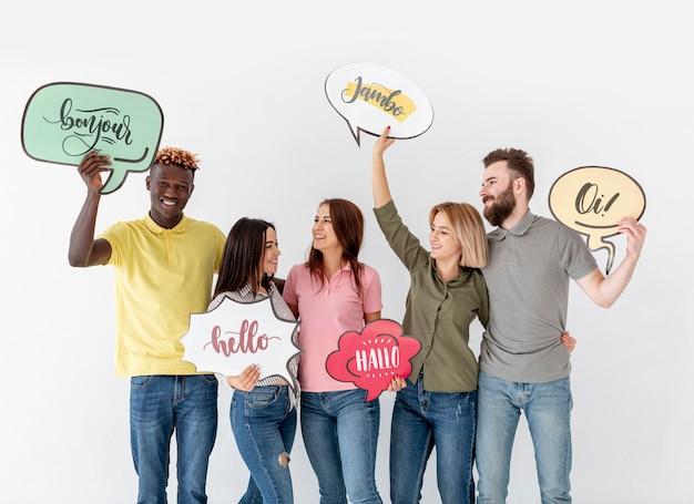 Pessoas que estão com bolhas do bate-papo com palavras de idiomas diferentes Psd grátis