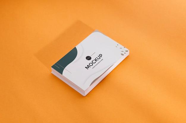 Pilha de cartões de visita de alta vista em fundo laranja Psd grátis