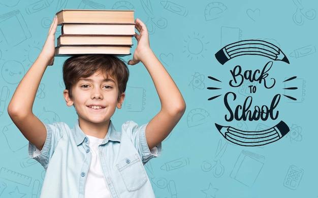 Pilha de livros jovem rapaz bonito mock-up Psd grátis