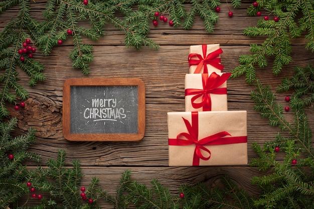 Pilha de presentes e folhas de pinheiro de natal Psd grátis