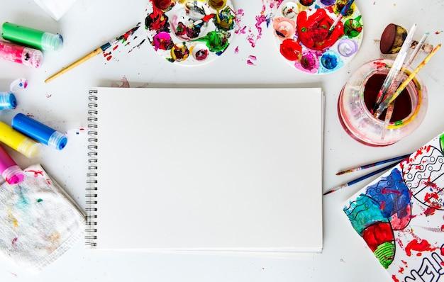 Pintura colorida é uma arte para misturar cores Psd grátis