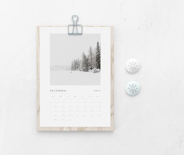 Placa de madeira de mock-up com calendário na parede Psd grátis