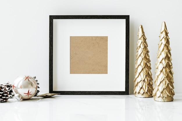 Porta-retrato em uma mesa com árvore de natal dourada Psd grátis