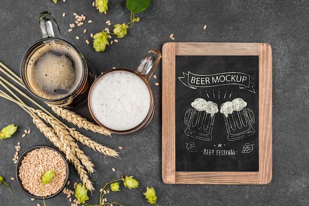 Posição plana do copo de cerveja com pint e quadro-negro Psd grátis
