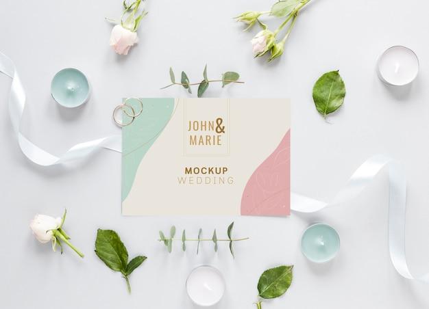 Postura de gordura do cartão de casamento com velas e flores Psd grátis