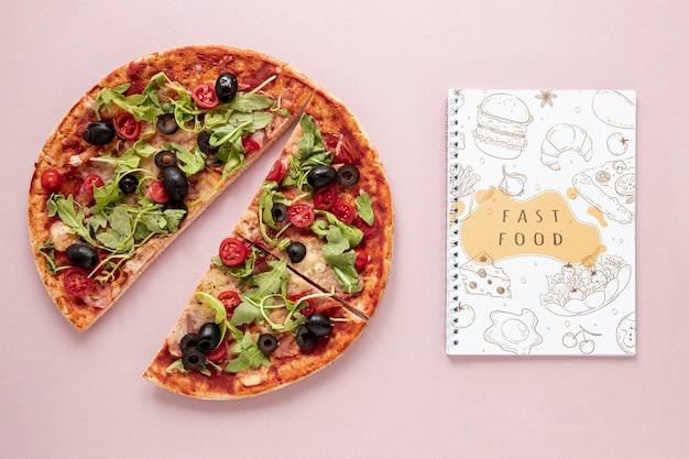 Postura plana de deliciosa pizza no modelo de plano de fundo liso Psd grátis