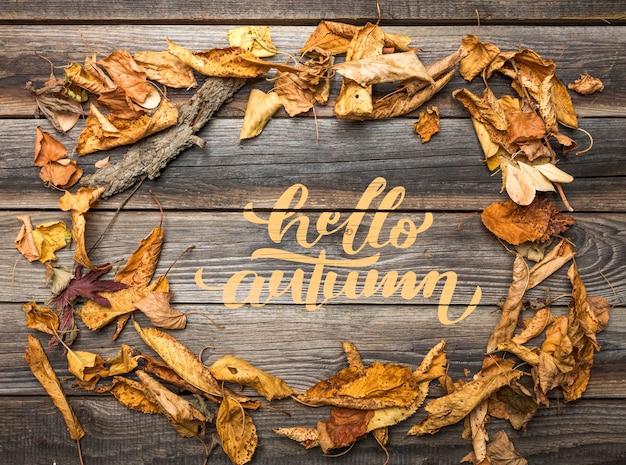 Postura plana de folhas de outono na mesa de madeira Psd grátis