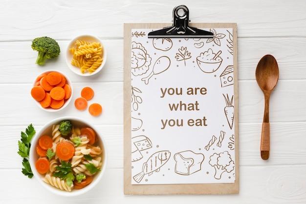 Prancheta com legumes orgânicos ao lado Psd grátis