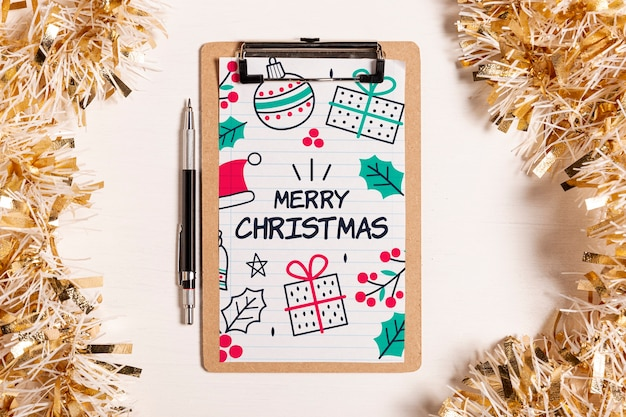 Prancheta de maquete de feliz natal e enfeites de ouro Psd grátis