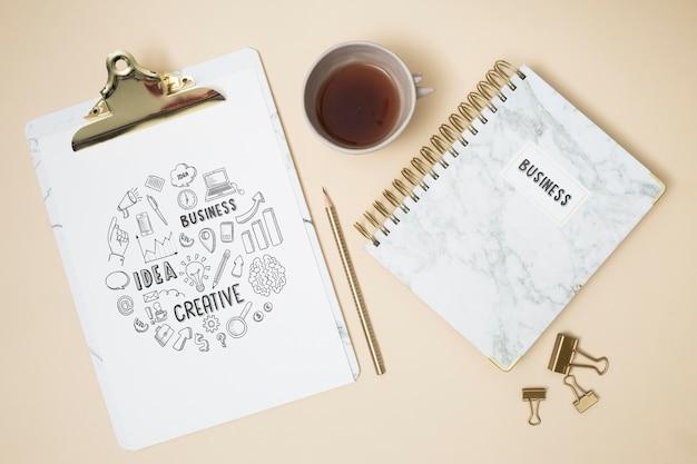Prancheta de vista superior com notebook Psd grátis