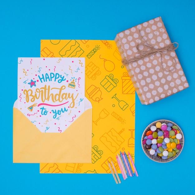 Presente de feliz aniversário mock-up com velas de bolo Psd grátis