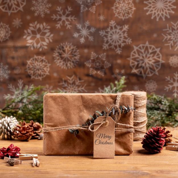 Presente de papel embrulhado com etiqueta e flocos de neve Psd grátis