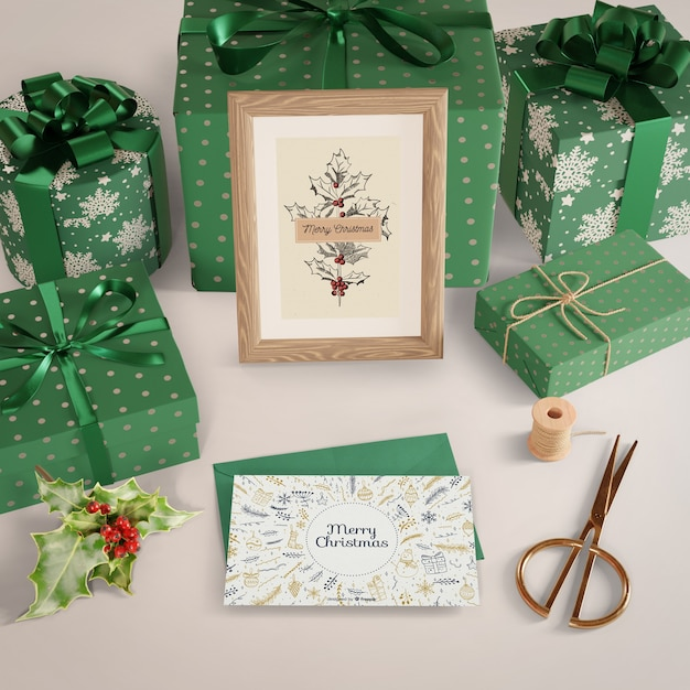 Presentes embrulhados em papel decorativo na mesa Psd grátis